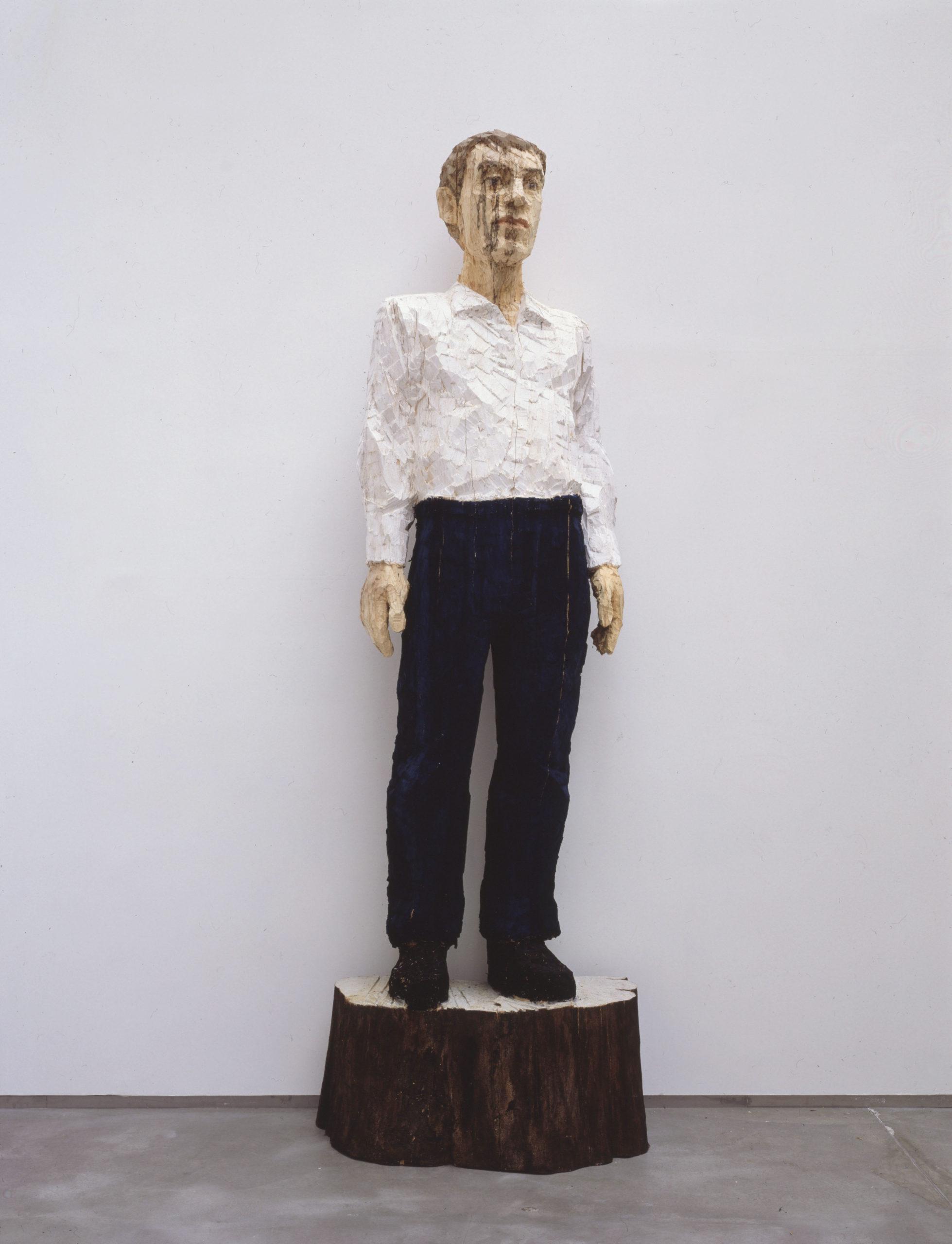 Stephan Balkenhol   Großer Mann mit weißem Hemd und dunkelblauer Hose
